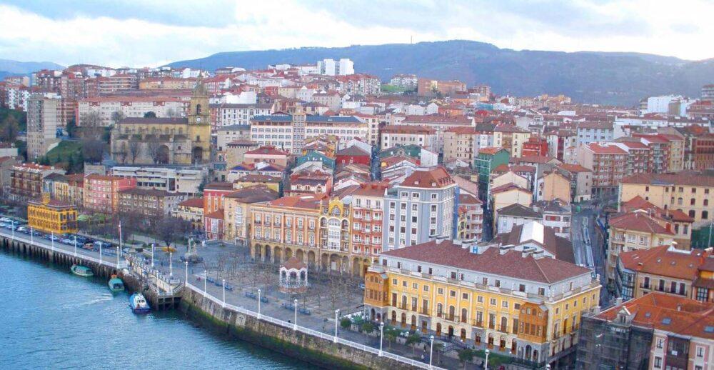 Vista de Portugalete con la iglesia al fondo